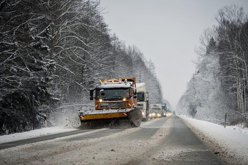 Visā valsts teritorijā uz autoceļiem veidojās atkala, kas vietām apgrūtina braukšanas apstākļus