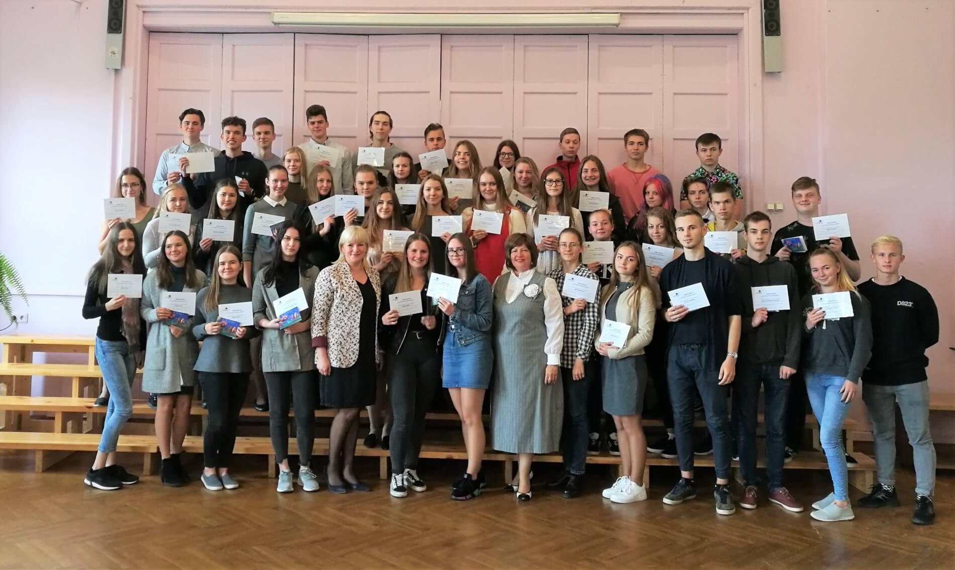 Pasniegti stipendijas apliecinājumi Smiltenes vidusskolēniem