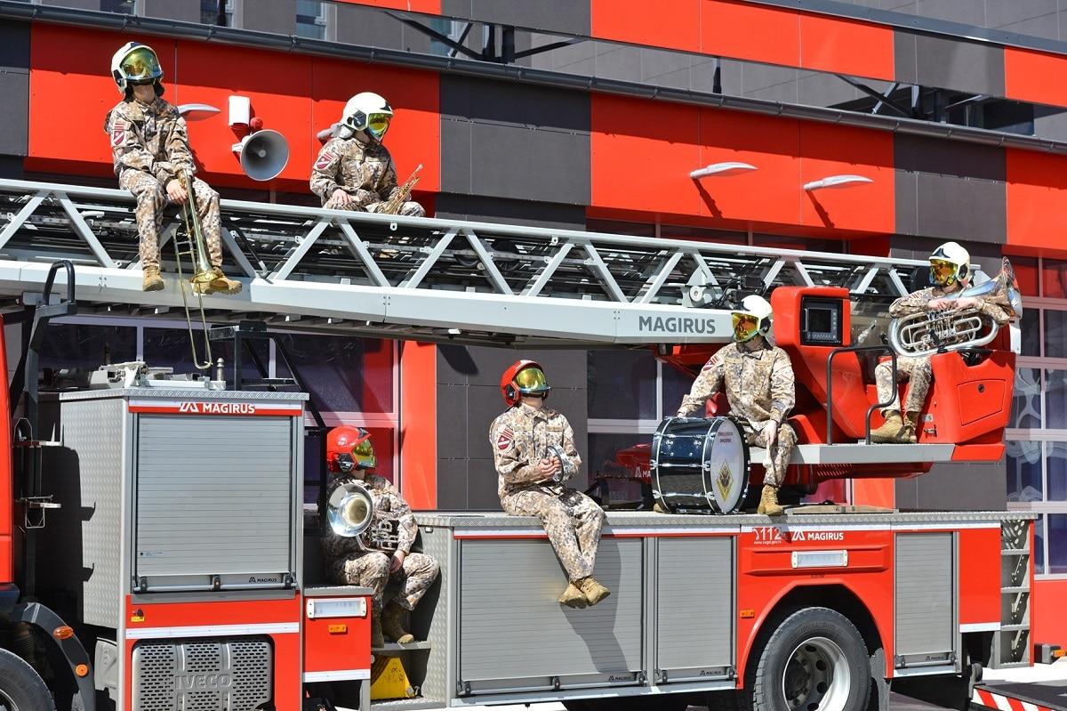 Zemessardzes orķestra mūziķu dāvana ugunsdzēsējiem un glābējiem