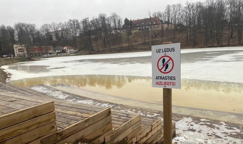 Ņemot vērā atkusni, pašvaldība nosaka aizliegumu atrasties uz novada publisko ūdeņu ledus