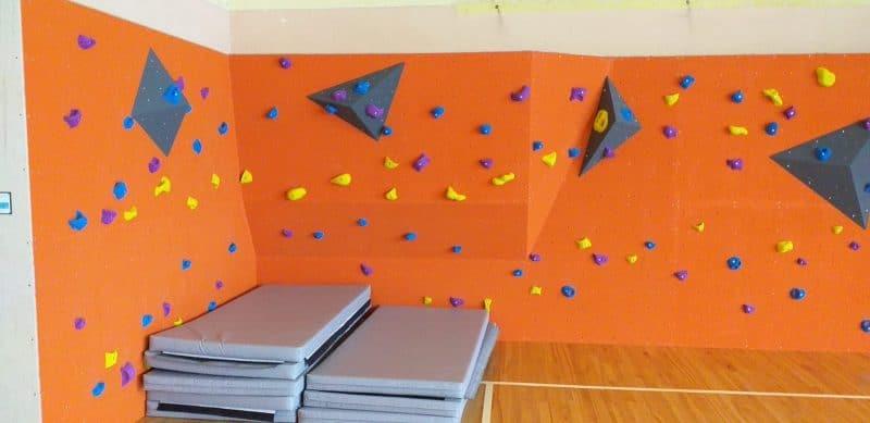 Blomes pamatskolā ir izveidota kāpšanas siena