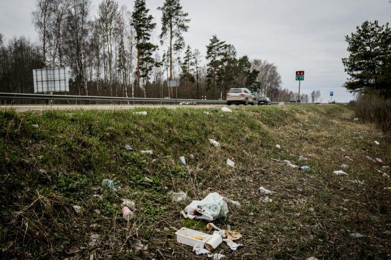 Autoceļu uzturētājs: piegružoto ceļmalu sakopšana ik gadu izmaksā  vairāk nekā pusmiljonu eiro